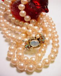 Impressive Sim Pearls with Ornate Detailed Clasp