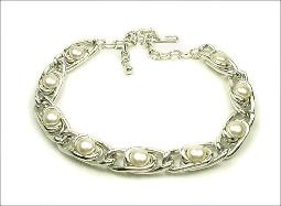 Fun and flirty simple, elegant Modernistic Collar Necklace